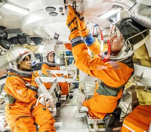 Los Astronautas Prueban la Escotilla de Acoplamiento de Orión