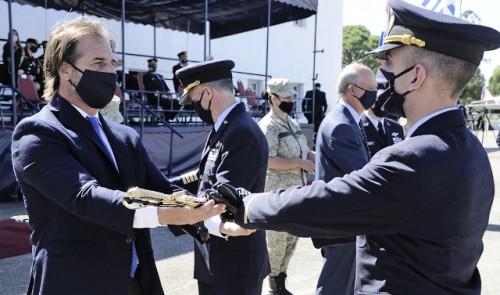 Presidente Lacalle Pou presente en clausura de cursos y colación de grados de Escuela Militar de Aeronáutica